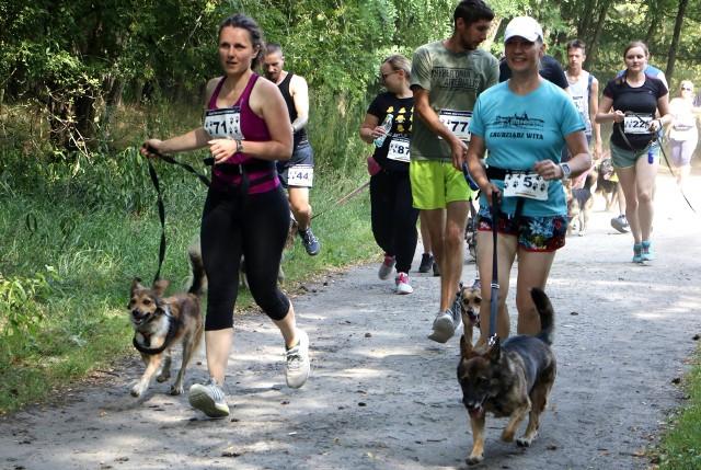 Blisko 100 osób wzięło udział w Pieskim Biegu Charytatywnym na rzecz podopiecznych Centrum Opieki nad Zwierzętami. Wystartowali dziś (sobota) przed południem z parkingu przy rondzie ks. Popiełuszki. Trasa biegu miała długość 5 kilometrów i wiodła  ścieżkami lasu komunalnego. Nie było pomiaru czasu. Organizatorzy promowali adopcję psów i kotów.