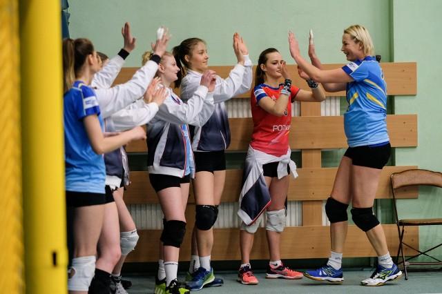 Beata Pawlicka (z prawej) i jej młodsze koleżanki z Energetyka w sobotę muszą wygrać z SKF Politechnika Poznańska, jeśli chcą doprowadzić do trzeciego meczu i zagrać w finale play-off swojej grupy w II lidze