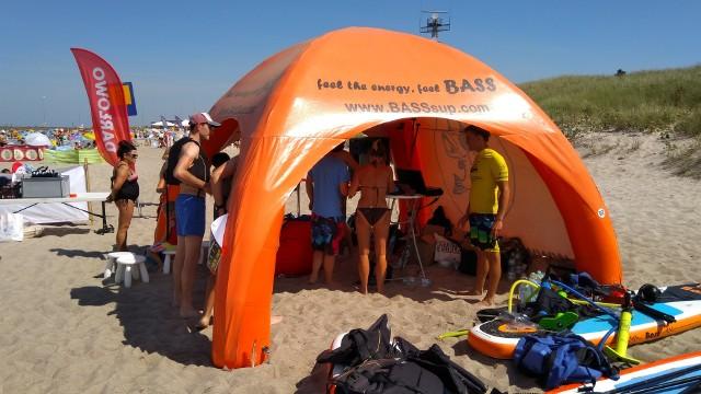 Ogromnym zainteresowaniem cieszył się na plaży zachodniej w Darłówku event pt. Surf Music Live. Każdy mógł zupełnie za darmo nauczyć się pływać i  surfować na  specjalnej pompowanej desce z wiosłem. Zajęcia prowadzili profesjonalni instruktorzy z Sup Bass Polska. - Pomysł na tego typu imprezę pojawił się całkiem niedawno. To wynika z mojej pasji do muzyki i windsurfingu, który uprawiam od 6 lat - mówił nam Marcin Cichocki, organizator wydarzenia. W programie Surf Music Live  przygotowano również warsztaty z Trickboardingu, czyli balansowania na desce z walcem. Właśnie od takich ćwiczeń zaczyna się przygody z wieloma  rodzajami  sportów wymagających wyrobionego zmysłu równowagi.  - To jest sport dla każdego.  Niezależnie od wieku. Wiadomo, że im szybciej, tym lepiej. Moda na deski pompowane z wiosłem w Polsce jest już od kilku lat. Bałtyk przy umiarkowanym wietrze stwarza dobre warunki do tego sportu - dodaje Cichocki.  Pierwsza tego typu impreza w Darłówku przyciągnęła śmiałków, którzy z chęcią sprawdzali swoje umiejętności na wodzie. Frekwencja zaskoczyła organizatorów, którzy już teraz zapowiadają kolejne podobne wydarzenia. Wieczorem, o godzinie 20:00 w Beach Barze w Darłówku Wschodnim zaplanowano koncert Kraków Street Band oraz ciekawą wystawę fotografii pt. Baltic Rider.