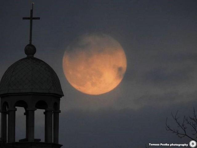 Księżyc w dniach 26-28 kwietnia wygląda naprawdę okazale