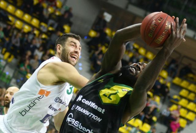Krośnianie (czarne stroje) wygrali czwarty mecz w sezonie.
