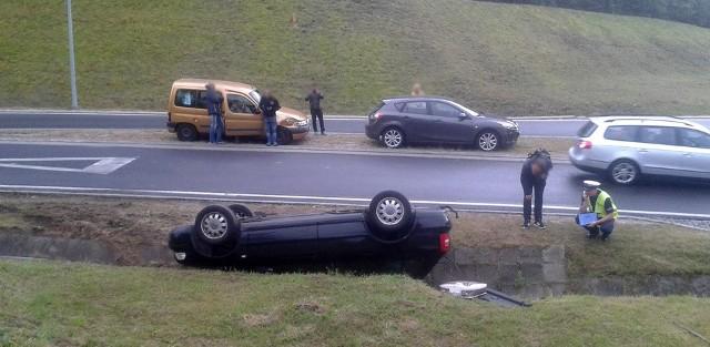 """Do zdarzenia doszło w niedzielę, 24 września, na """"drodze śmierci"""" koło skrętu do Wilkanowa.Jeden z kierowców zauważył audi leżące na dachu w rowie. Na miejscu była już zielonogórska policja. Przyczyna? Zbyt szybka jazda na mokrej drodze. Tym razem na szczęście nikomu nic się nie stało.To nie pierwsze takie zdarzenie w niedzielę na drodze śmieci. Około godz. 11.00 kierujący volkswagenem jadąc w kierunku Świdnicy wypadł z drogi. Samochód dachował na poboczu. Nikomu nic się nie stało.Zobacz też: Najnowszy Magazyn Informacyjny GL (22.09.2017)"""