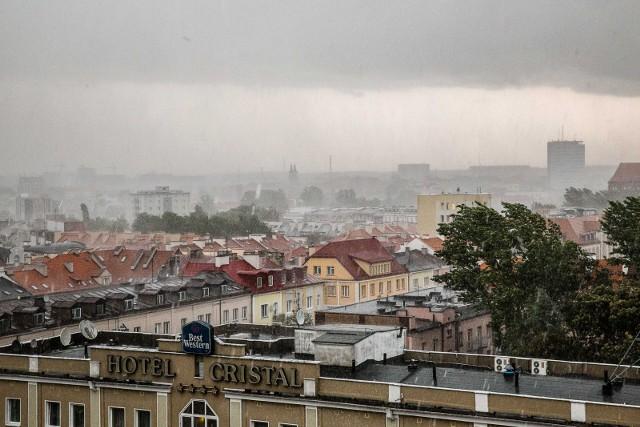 Białystok: Ostrzeżenie przed intensywnymi burzami. Mieszkańcy miejsc zagrożonych podtopieniami powinni zaopatrzyć się w worki z piaskiem