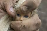 Trzy małe dziewczynki bite i gwałcone przez dziadka i konkubenta matki. Sąd obniżył kary