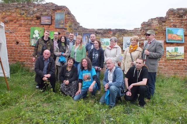 Na urodzinowej wystawie w ruinach  szubińskiego zamku swoje obrazy pokazało 27 twórców.
