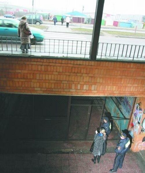 Tunel pod Andersa jest zamknięty dla przechodniów na cztery spusty. Służy bezdomnym za schronienie.