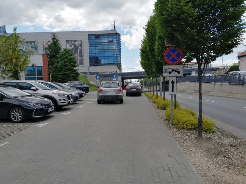 Ulica Jabłońskiego, droga wewnętrzna wzdłuż banku PEKAO....