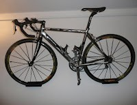 Rower zawieszony na ścianie na specjalnych mocowaniachRower zawieszony na ścianie na specjalnych mocowaniach