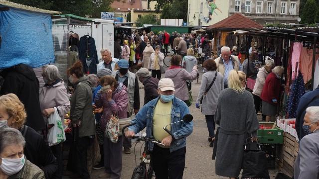 Tradycyjnie w piątek wielu mieszkańców Koszalina odwiedziło targowisko przy ulicy Połczyńskiej.