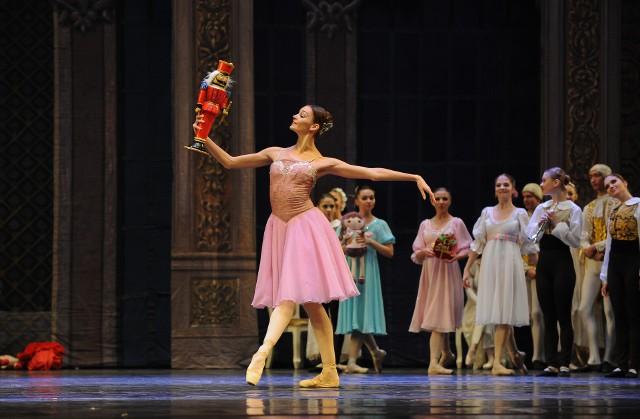"""""""Dziadek do orzechów"""", będący baletem-feerią podzieloną na dwa akty z prologiem, po raz pierwszy został wystawiony dokładnie 18 grudnia 1892 roku w petersburskim Teatrze Maryjskim. Jego polska premiera odbyła się wiele lat później – 10 kwietnia 1958 roku w Studiu Operowym w Bydgoszczy."""