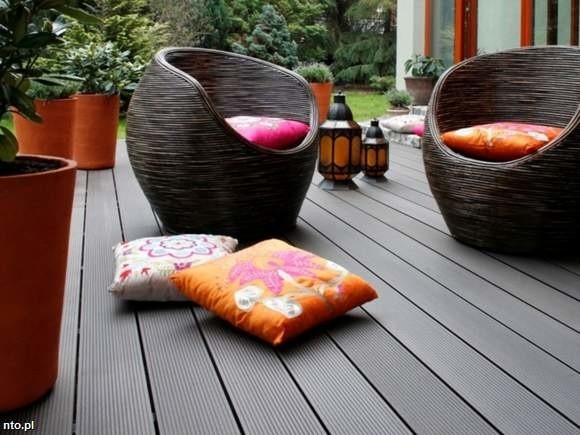 Taras z desek wykonanych z włókien bambusowych i polimerówEgzotyczny podest wykonany z desek z włókien bambusowych i polimerów dobrze wygląda zarówno przed nowoczesnym domem, jak i tym w stylu rustykalnym.