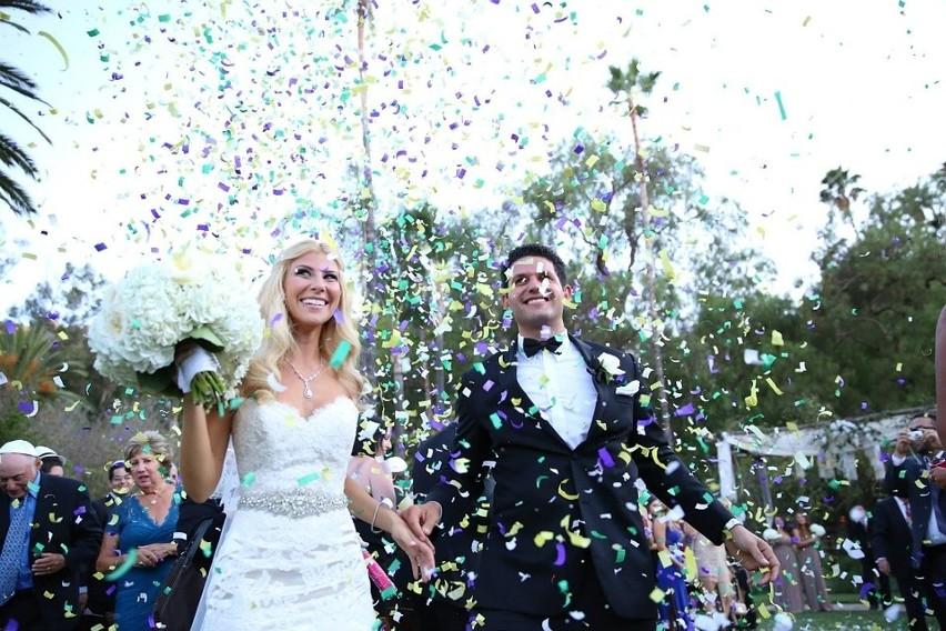 Ile włożyć do koperty na wesele? To zależy od trzech czynników: wystawności przyjęcia, zamożności gości i stopnia pokrewieństwa z młodą parą. Ile pieniędzy dać do koperty na ślub, jeśli jesteś rodziną, przyjacielem lub znajomym? Sprawdź!
