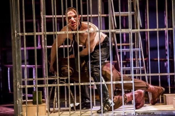 """Sceny z """"Opery za trzy grosze"""" Bertolta Brechta w Teatrze Polskim w Poznaniu"""