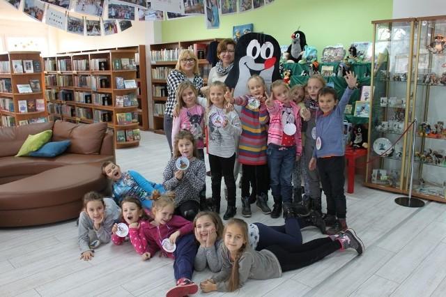 Dzieci przyjęły czeskiego gościa z radością.
