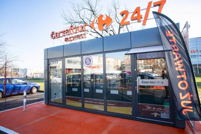 W Polsce sieć sklepów Carrefour działa od 1997 roku, pod jej szyldem funkcjonuje ponad 900 palcówek