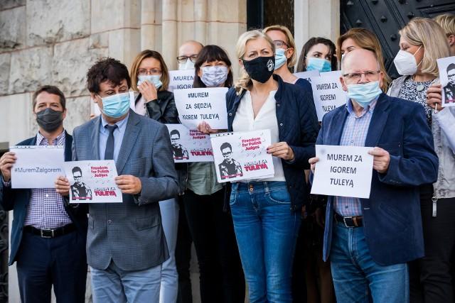 W Bydgoszczy sędziowie z adwokatami demonstrowali swoje poparcie dla sędziego Igora Tulei