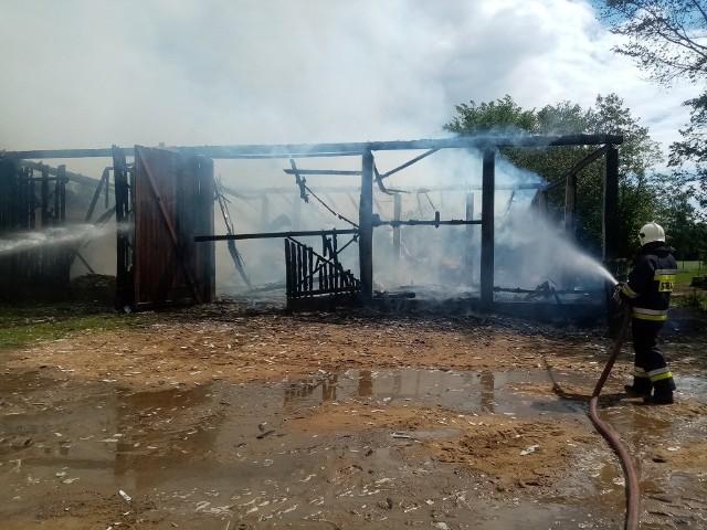 Spłonęły trzy stodoły drewniane i dwie obory murowane.