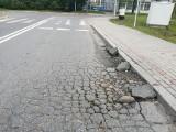 Dziura zadomowiła się w ulicy Architektów. Straszy od miesięcy [FOTO]