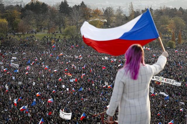 Praga: Tysiące demonstrantów domagało się ustąpienia premiera Czech Andreja Babisa. W tle 30. rocznica aksamitnej rewolucji.