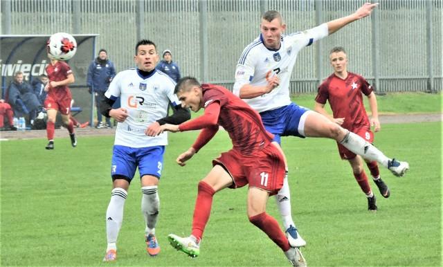 IV liga małopolska, grupa zachodnia: Unia Oświęcim - Wisła II Kraków 0:3. Na zdjęciu: Bartosz Ryszka (Unia, z prawej) atakuje Patryka Paczkę (Wisła II Kraków). Z lewej Kamil Szewczyk (Unia Oświęcim).