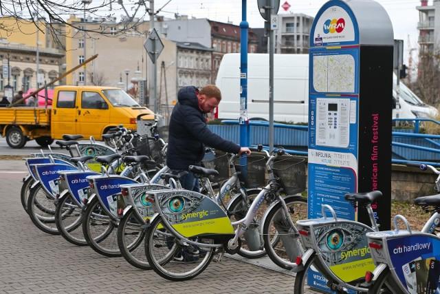 Firma Nexbike (operator Wrocławskiego Roweru Miejskiego) zapowiadała, że na przełomie marca i kwietnia miejska wypożyczalnia powiększy się o 5 stacji i tym samym o 50 dodatkowych rowerów. Nowe stacje pojawią się w mieście przy Orlenach, aczkolwiek nieco później, niż planowano. Powinny być gotowe w pierwszej połowie kwietnia. Nexbike nie precyzuje, kiedy dokładnie. Zobacz na kolejnych zdjęciach, gdzie pojawią się nowe stacje.