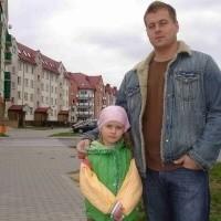 Michał Tarasiuk z córeczką Natalią cieszą się, że już niedługo na ich osiedlu powstanie ładny, miejski plac. Mieszkańcy od dawna czekali na taką inwestycję.
