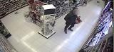 25-latek wyniósł z drogerii perfumy warte prawie 700 zł. Sklep opublikował nagranie z monitoringu z jego wizerunkiem i złodzieja namierzono