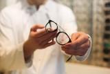 Każdy z nas po 40. roku życia zacznie nosić okulary. Ostrzegają optometryści. Kim są?