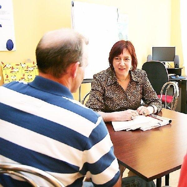 Na zdjęciu: Maria Posłuszna-Owcarz  rozmawia z kolejną osobą zainteresowaną  adopcją.
