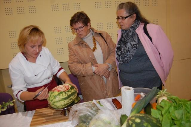 Jak ozdobić stół wycinając wzory w dyniach i arbuzach pokazywały:  Dorota Zwolińska i  i Anna Daroszewska
