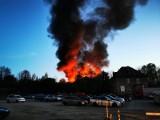 Bielsko-Biała. Pożar starej parowozowni przy dworcu PKP. Ogień gasiło 11 zastępów straży pożarnej, słup dymu widoczny był z wielu klometrów