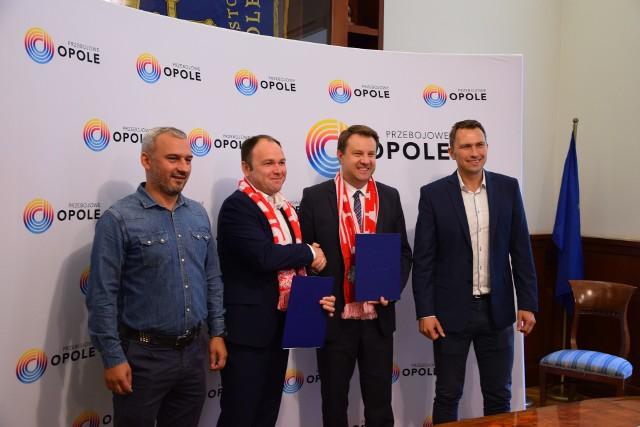 Prezes Opolskiego Związku Piłki Nożnej Tomasz Garbowski (drugi z lewej) i Prezydent Opola Arkadiusz Wiśniewski (drugi z prawej) podpisali umowę na organizację meczu Polska - Anglia.