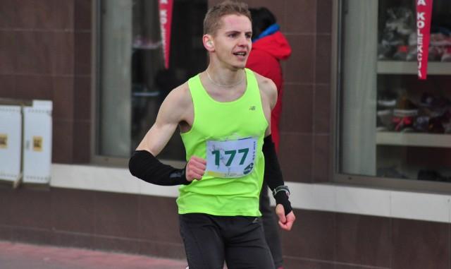 Michał Wojciechowski (numer 177) biegnie po zwycięstwo w Biegu Siarkowca. Uzyskany czas daje powód do radości.