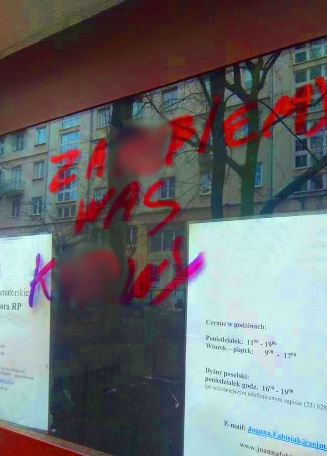 Atak na Ośrodek Monitorowania Zachowań Rasistowskich i Ksenofobicznych. Napastnicy wypisali groźby na drzwiach.