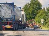 Wypadek na DW 938 w Pruchnej. Cysterna wjechała w traktor. Jedna osoba w szpitalu. Droga jest już przejezdna