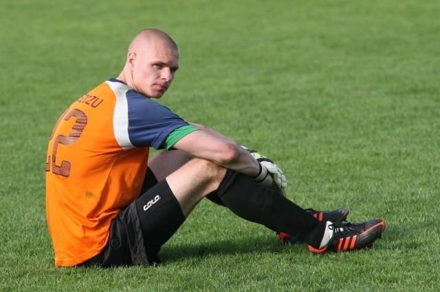 Bramkarz Siarki Kamil Beszczyński, choć błędu z meczu ze Stalą Rzeszów nie popełnił to musiał wyciągać piłkę z siatki. Po przegranym 0:1 spotkaniu rozpaczał tak samo jak jego koledzy z drużyny.