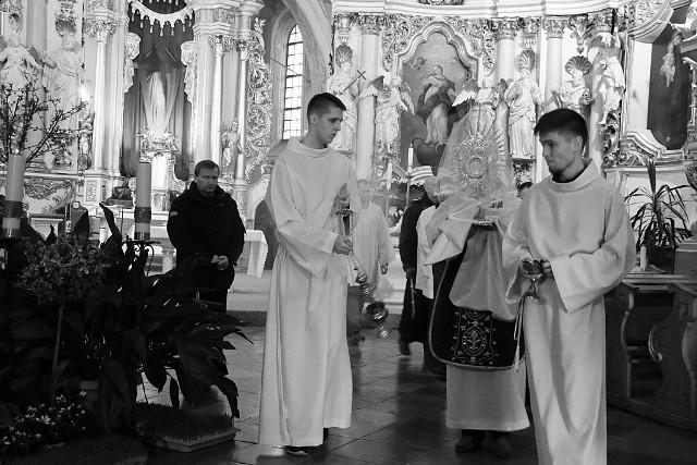 Liturgia Wielkiego Piątku w klasztornej świątyni u bernardynów