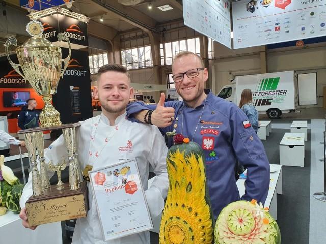 21-letni Daniel Bewko z Chrząstowic na co dzień jest zastępcą szefa kuchni w jednej z opolskich restauracji. Carving, czyli rzeźbienie w owocach i warzywach, jest jego pasją od 5 lat. Kilka lat treningów wystarczyło, by zostawić w tyle konkurencję z całego kraju i zająć najwyższe miejsce na podium. Na zdjęciu z Piotrem Wasikiem, Opolaninem, który wielokrotnie triumfował na zawodach carvingowych. – Tym razem kibicowałem i szkoliłem się. Chciałbym, aby moi uczniowie ZSZ nr 4 w Opolu również mogli triumfować w tych zawodach, na przykład w konkurencjach gastronomicznych czy cukierniczych – mówi pan Piotr.