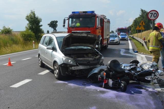 Z ustaleń policjantów wynika, że 48-letni kierowca opla zafiry jadący w kierunku Warszawy podczas manewru skrętu w lewo z DK- 10 w kierunku miejscowości Steklinek, nie udzielił pierwszeństwa przejazdu kierującemu motocyklem marki Harley- Davidson, który poruszał się w kierunku Torunia