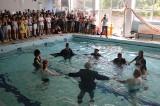 ZIELONA GÓRA. W SP nr 2 w Zielonej Górze nauczyciele pożegnali uczniów skacząc do basenu. W tej szkole to już tradycja!