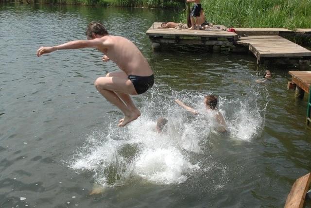 Plaża w Kłodawie to jedno z najpopularniejszych kąpielisk w okolicy Gorzowa. Sprzęt pływający dla niektórych był tu ważną atrakcją.