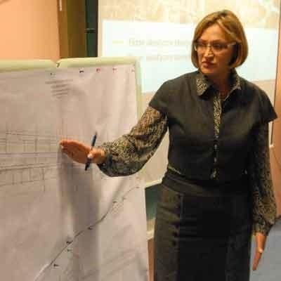 Alicja Makarska, naczelnik Biura Inwestycji Miejskich tłumaczy wizję przebudowy Trasy Północnej, która przewiduje budowę dodatkowego ronda.