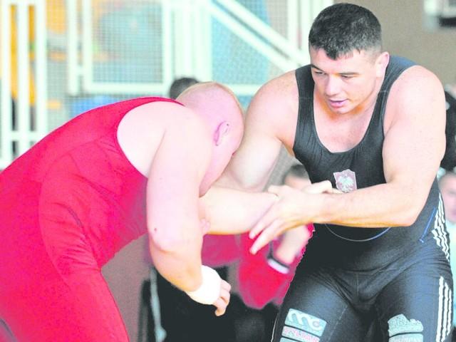 Wicemistrz Europy z 2013 roku, Kamil Skaskiewicz (z prawej), w Karlinie stoczy walkę w najcięższej wadze 125 kg z doświadczonym i utytułowanym Raresem Chintoanem