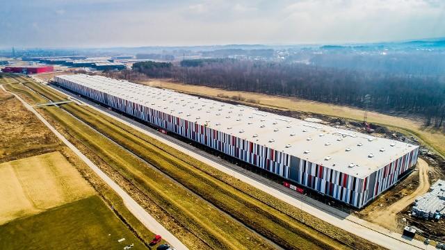 """33,2 tys. mkw. - taką powierzchnię ma kolejna hala - już dziewiąta - powstająca w Wielickiej Strefie Aktywności Gospodarczej """"Kokotów – Brzegi"""", za sprawą firmy 7R SA. W ciągu pięciu lat WSAG stała się największym parkiem logistycznym w Małopolsce"""