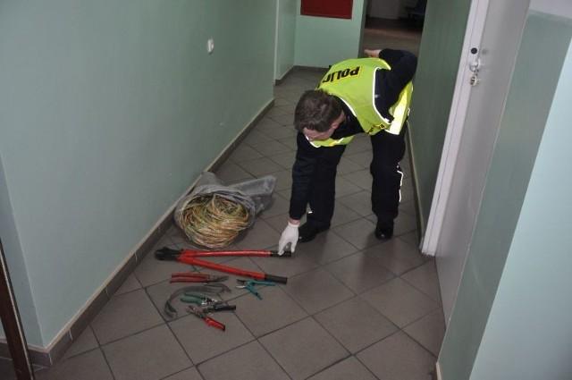 Przysuscy policjanci odzyskali kabel i narzędzia wykorzystywane do jego kradziezy.