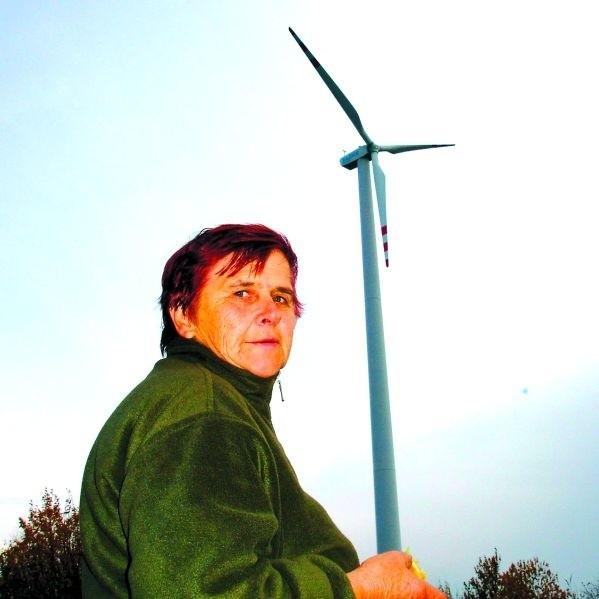 – Mam nadzieję, że dzięki elektrowniom wiatrowym będziemy taniej płacili za prąd – mówi Krystyna Ołów z Kosinowa. – Teraz jest bardzo drogi i muszę w domu oszczędzać światło.
