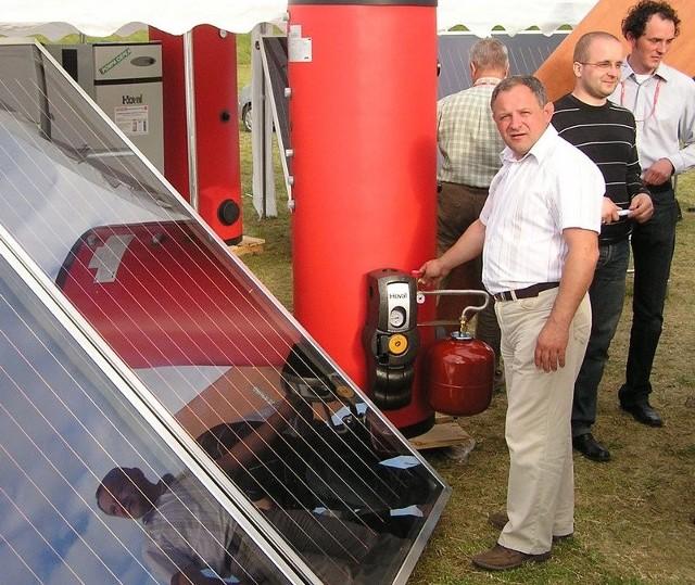 """Aleksander Szopa przy instalacji solarnej, która była prezentowana w czasie """"Dni Miastka""""."""