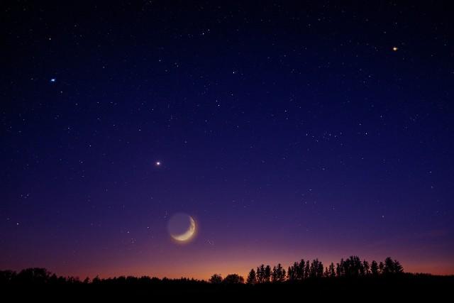 Boże Narodzenie 2020. W wigilię Bożego Narodzenia, czyli 24 grudnia, do stołu zasiada się dopiero wtedy, gdy na niebie pojawi się pierwsza gwiazdka. Kiedy i gdzie szukać na niebie pierwszej gwiazdki w 2020 roku?Pierwsza gwiazdka w poszczególnych miastach Polski widoczna jest o różnych porach. Sprawdź dokładne godziny zachodu Słońca w miastach Polski. W tym czasie zacznie się ściemniać, a już po kilkunastu minutach na niebie powinny zacząć świecić gwiazdy. O której godzinie będzie widoczna pierwsza gwiazdka w Twojej miejscowości? Sprawdź na kolejnych slajdach >>>