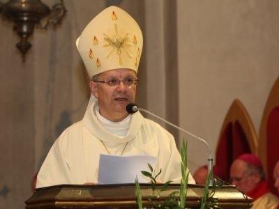 udzielił dziś w katedrze święceń 12 diakonom.