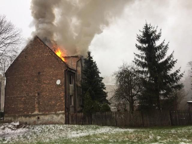 Tragiczny pożar w Bytomiu, w dzielnicy Miechowice. Nie żyje jedna osoba.